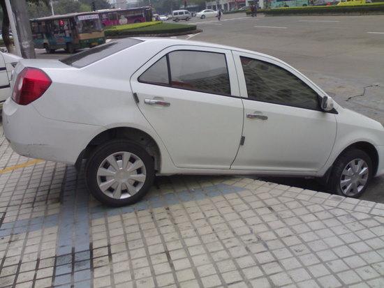 aparcando he pisado un poco la acera.jpg