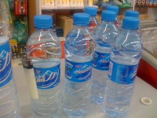 compra un mechero y botella de agua de regalo o al reves.jpg