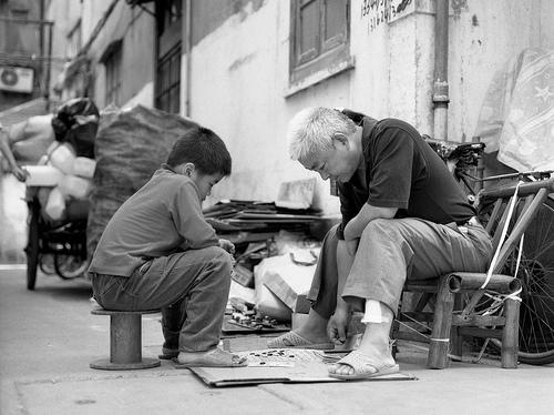 jugando al monopoly en plena calle.jpg